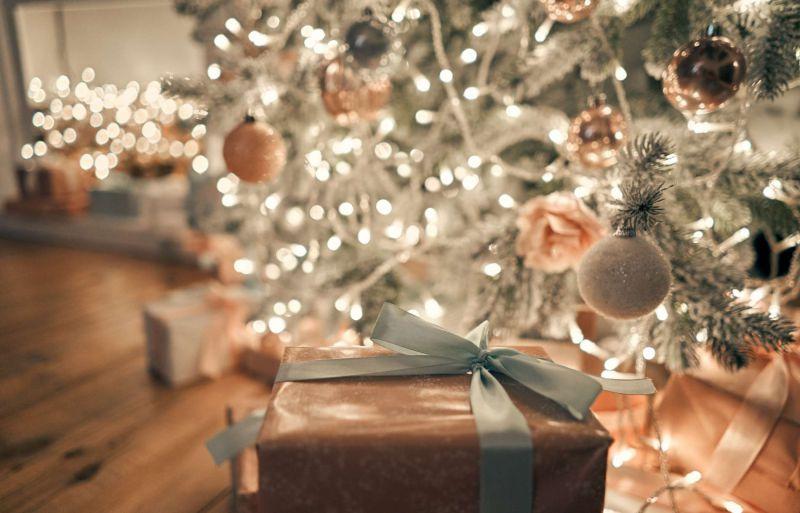Weihnachtsgeschenk am Weihnachtsbaum