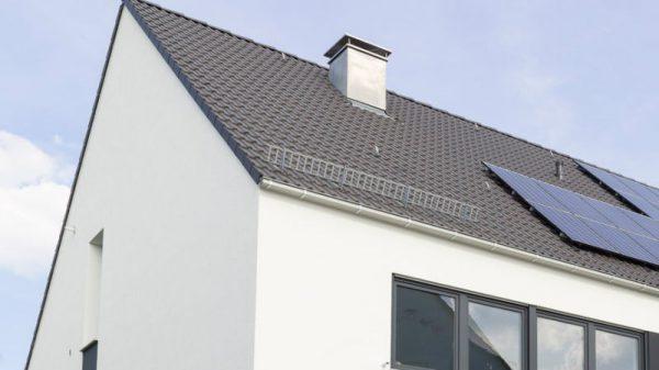 Modernes Haus nutzt die Kraft der Sonne für die Energieerzeugung mit Photovoltaik