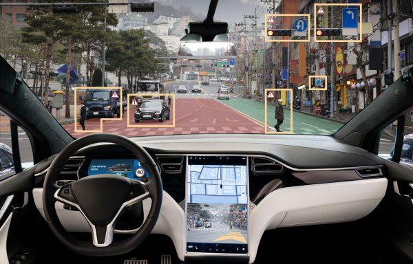 Cockpit eines autonom fahrenden Autos mit Blick auf die Straße.