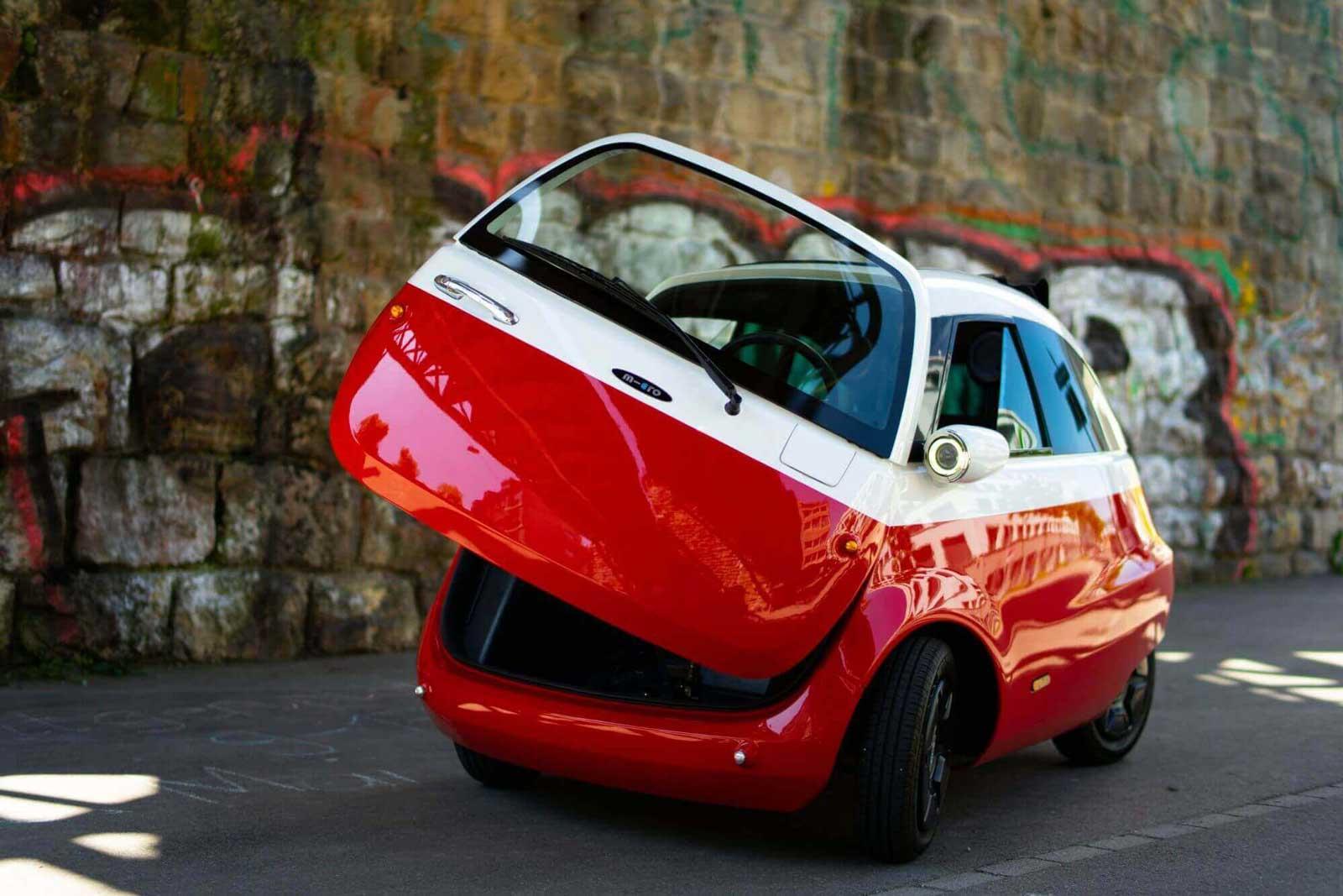 Microlino E-Auto vor einer Mauer