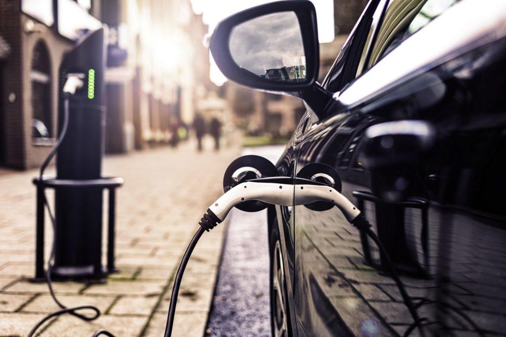 Ein E-Auto wird an einer Ladestation aufgeladen.