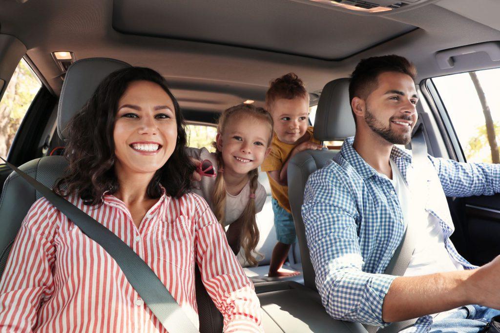 Familie sitzt in einem Auto zusammen.