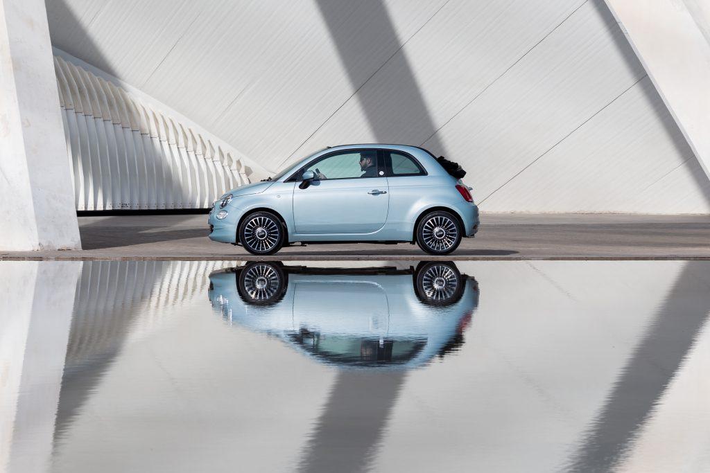 Der Fiat 500 Hybrid dargestellt.