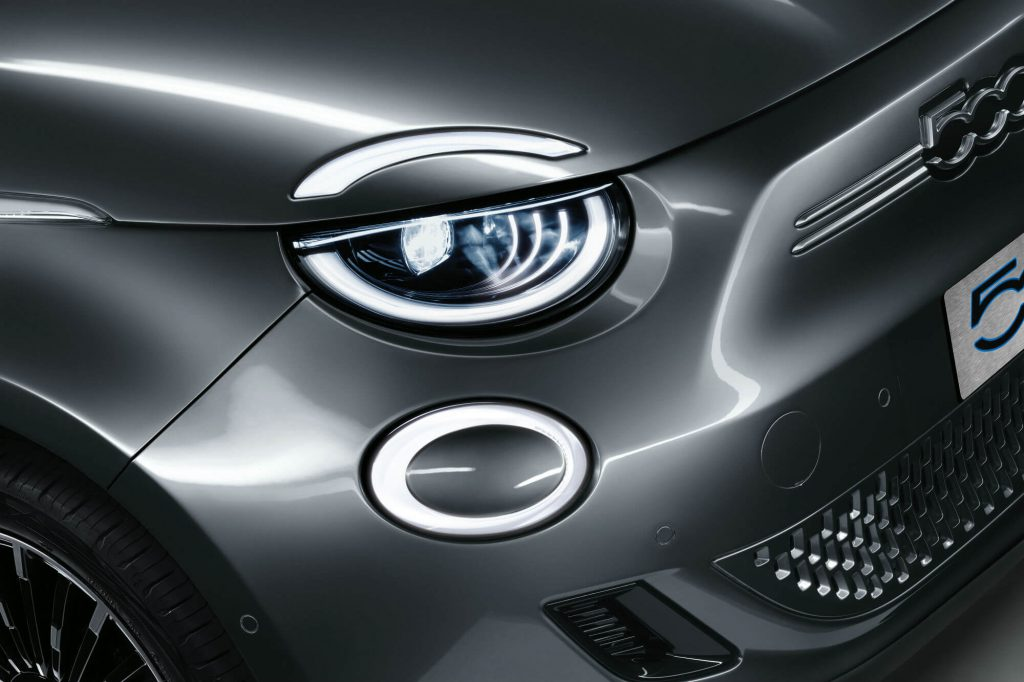 Nahaufnahme Front-Scheinwerfer des Fiat 500e