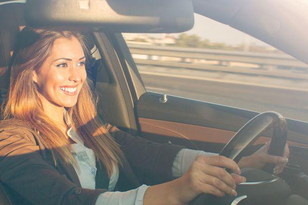 Frau fährt entspannt in einem Elektroauto