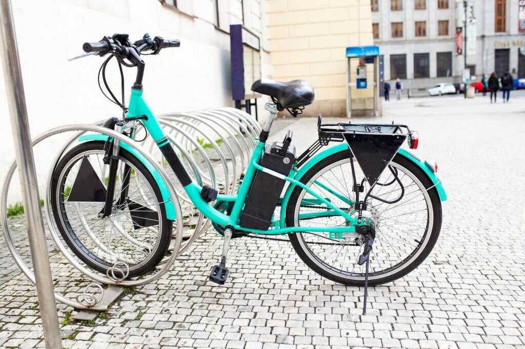 E-Bike steht an einem Fahrradständer in der Stadt.