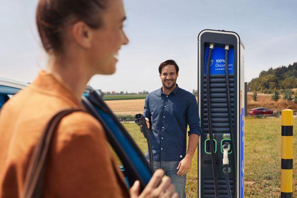 Frau und Mann laden E-Auto an EnBW-Ladestation