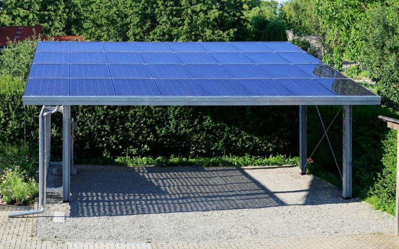 Es muss nicht immer eine riesige Anlage auf dem Dach sein: Auch Solarpanele auf dem Solar-Carport können Strom erzeugen oder bei der Warmwasserbereitung unterstützen.
