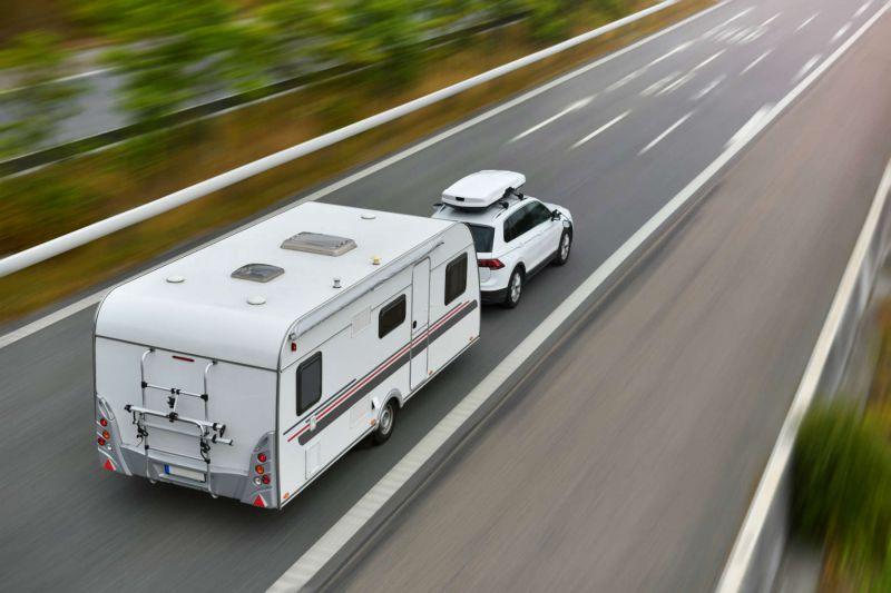 E-Auto mit Wohnwagen