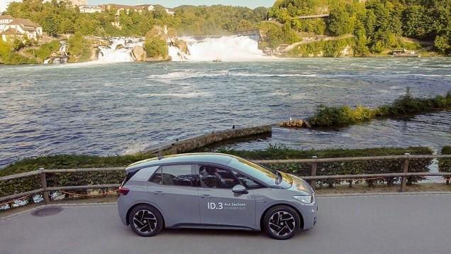 VW ID.3 vor einem Fluss