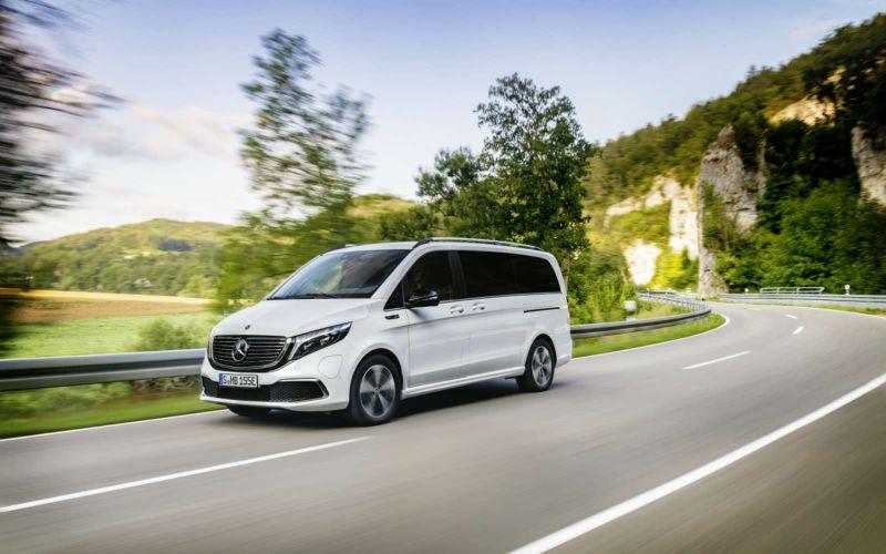 Der EQV von Mercedes-Benz fährt durch die Natur.