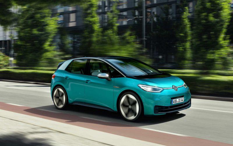 Der Volkswagens ID.3 fährt durch die Stadt.
