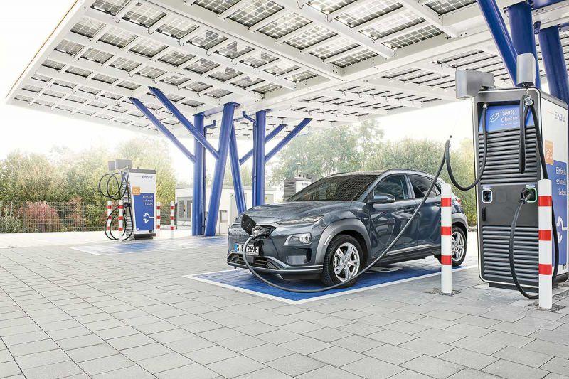 E-Auto wird an einer Ladesäule des Schnellladeparks in Rutesheim geladen
