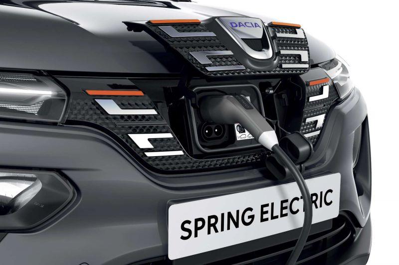 Der Ladeanschluss an der Frontseite des Dacia Spring Electric