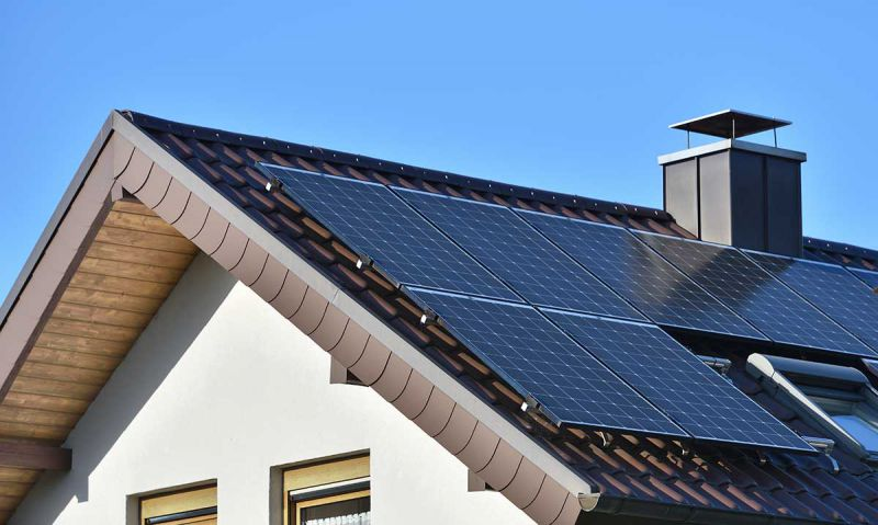 Haus mit Photovoltaikanlage auf dem Dach