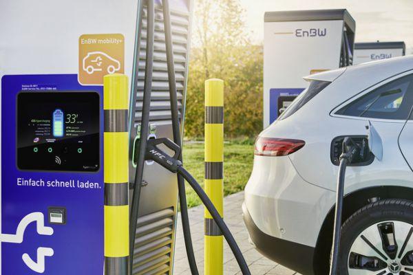 E-Auto wird an Schnellladenstation geladen