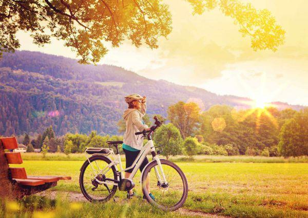 Frau fährt das gebrauchte E-Bike Probe