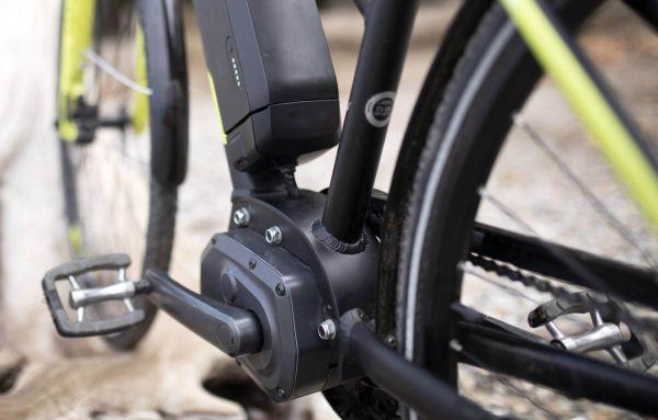 Das gebrauchte E-Bike wird beim Sichtcheck unter die Lupe genommen