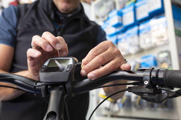 Bei der E-Bike Wartung werden alle Funktionen geprüft