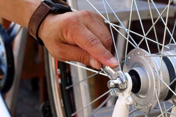 Bei der E-Bike-Wartung werden die Schrauben nachgezogen