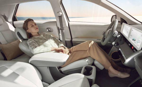 Frau liegt im Hyundai Ioniq 5 Sitz