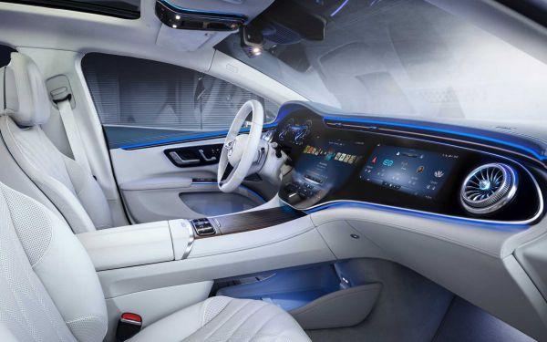 Der Hyperscreen des Mercedes EQS zieht sich über das komplette Cockpit