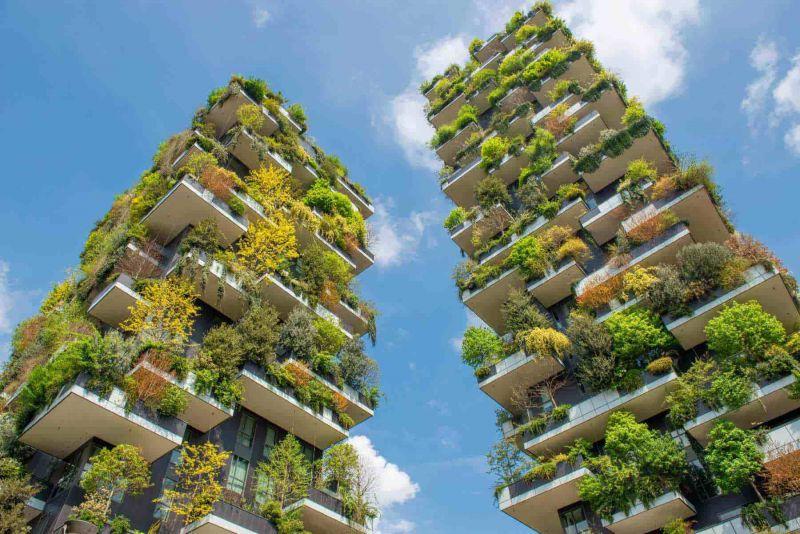 Zwei Hochhäuser mit komplett bepflanzten Fassaden