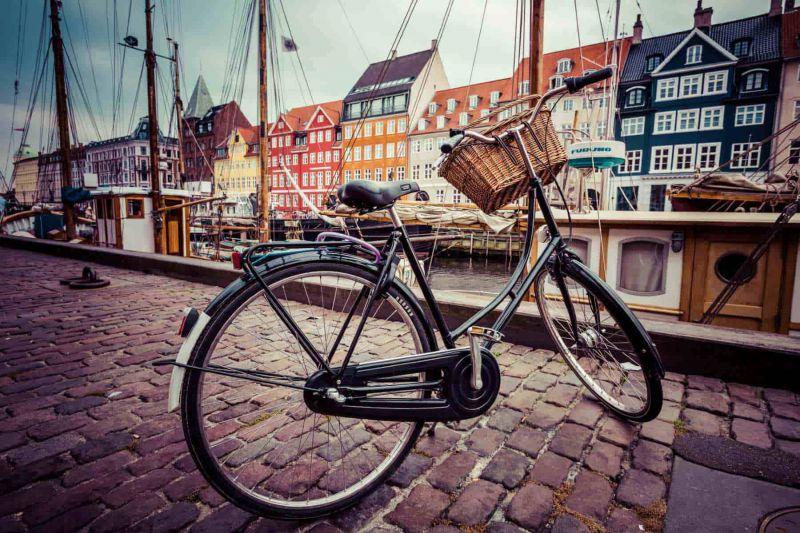 City Bike steht auf einer Straße in Kopenhagen.