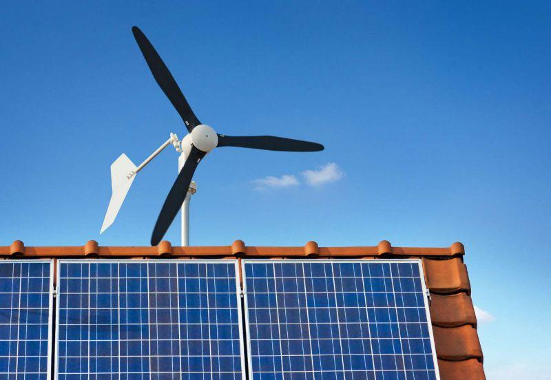 Kleinwindkraftanlage und Photovoltaikanlage auf dem Dach