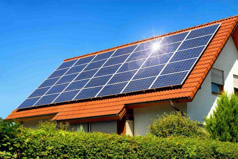 Sonne strahlt auf eine Photovoltaikanlage