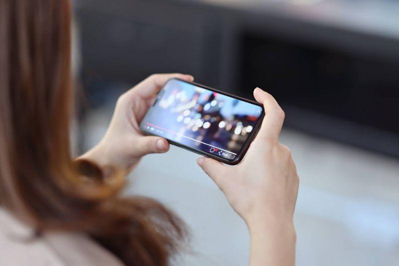 Frau hält ein Smartphone in der Hand