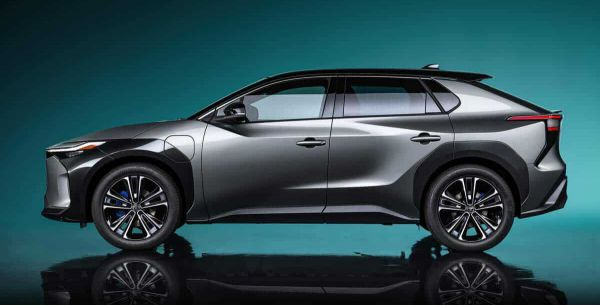 Der Elektro-SUV Toyota bZ4X in der Seitenansicht